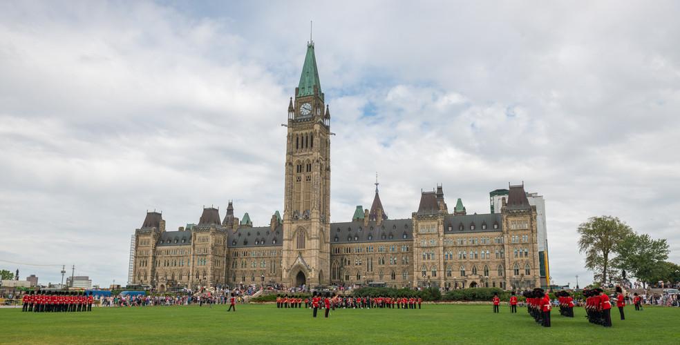 Spending galore: $29.4 billion deficit set for Canada in 2016/17