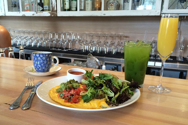 Southern omelette, green juice & mimosa (Jess Fleming / Daily Hive)