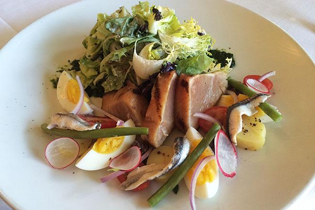 Salade niçoise (Jess Fleming / Daily Hive)