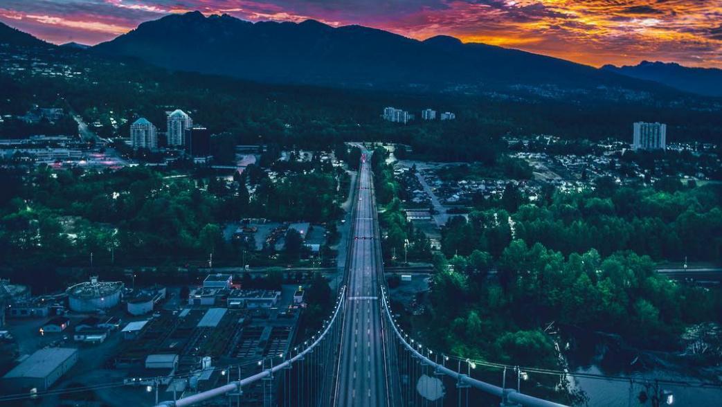 Lions gate bridge vancouver mountains