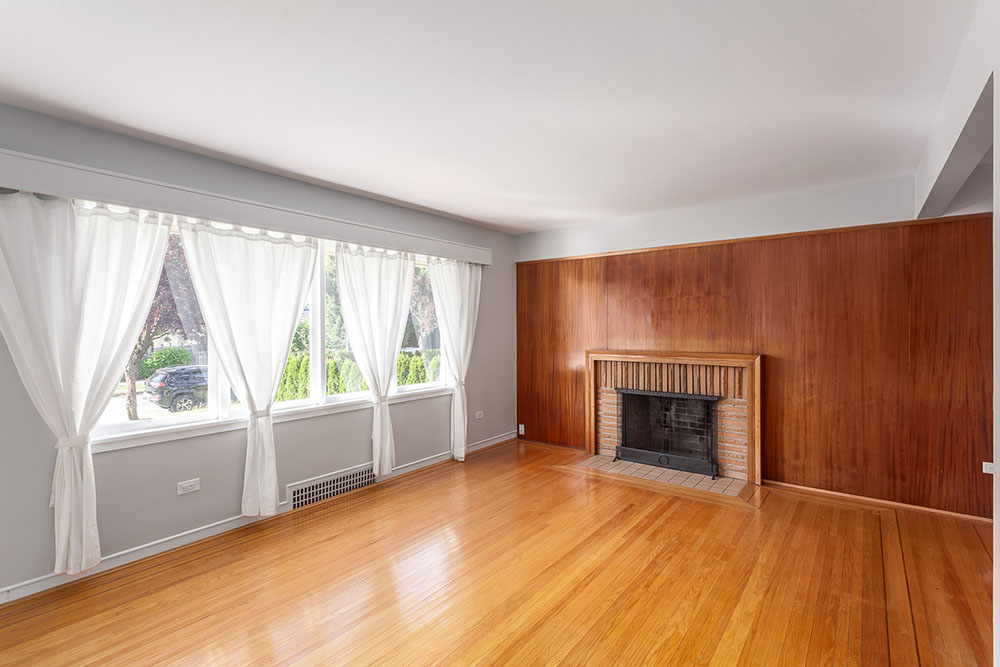 The living room at 2348 Oliver Crescent (thecolourofrealestate.com)