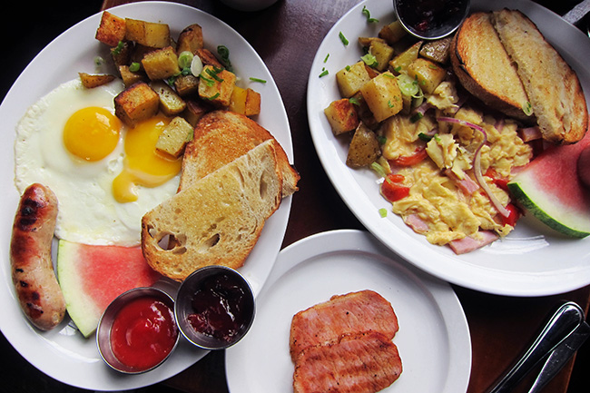 Brunch is served at the Alibi Room (Jess Fleming / Daily Hive)