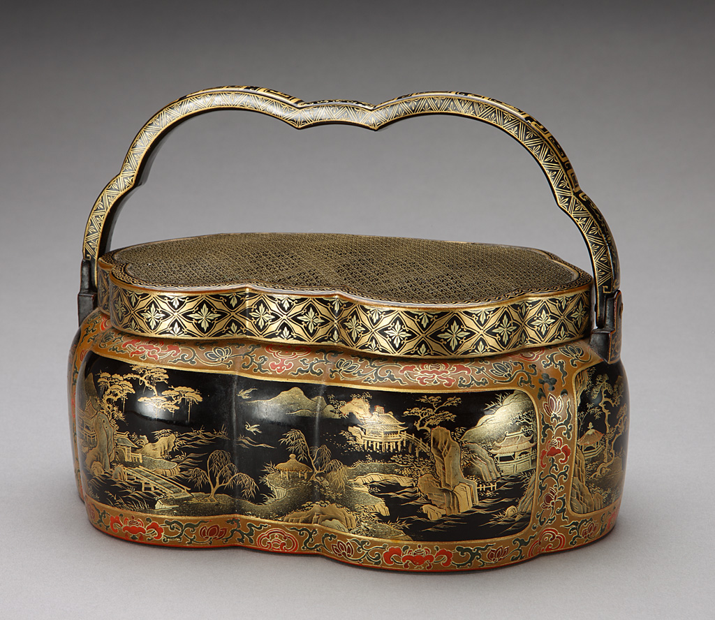 Hand warmer, Qing dynasty, Yongzheng period, gold and black lacquer on wood © The Palace Museum