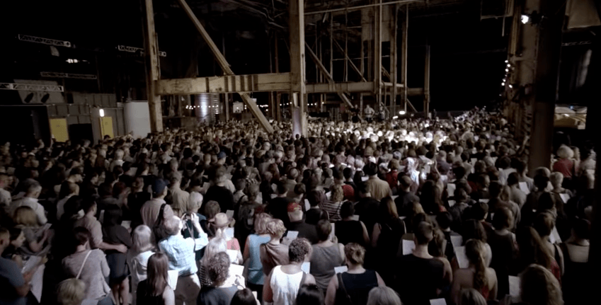 Watch this viral video of Rufus Wainwright singing Hallelujah with 1,500 singers