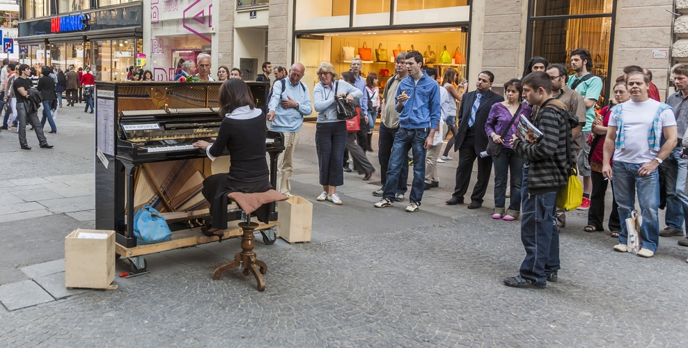 Piano player street