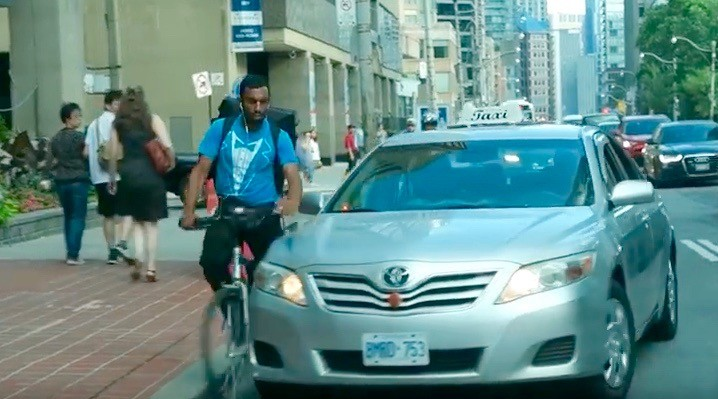 Toronto taxi driver viciously runs cyclist off the road (VIDEO)