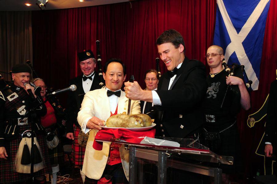 Vancouver Mayor Gregor Robertson cuts into the haggis at Gung Haggis Fat Choy celebrations (Gung Haggis)
