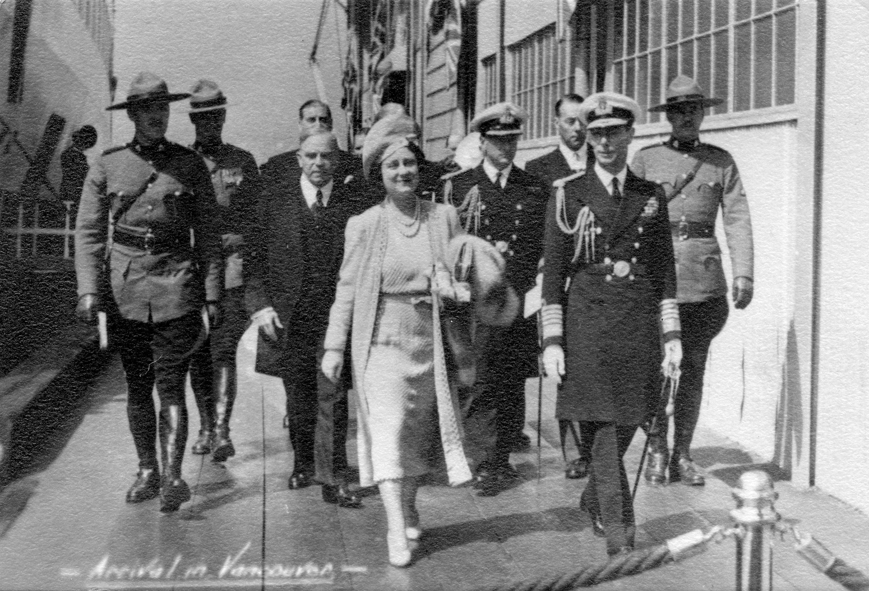 King George VI, Queen Elizabeth and William Lyon Mackenzie King at the Canadian National Railway dock in 1939 (Public domain)