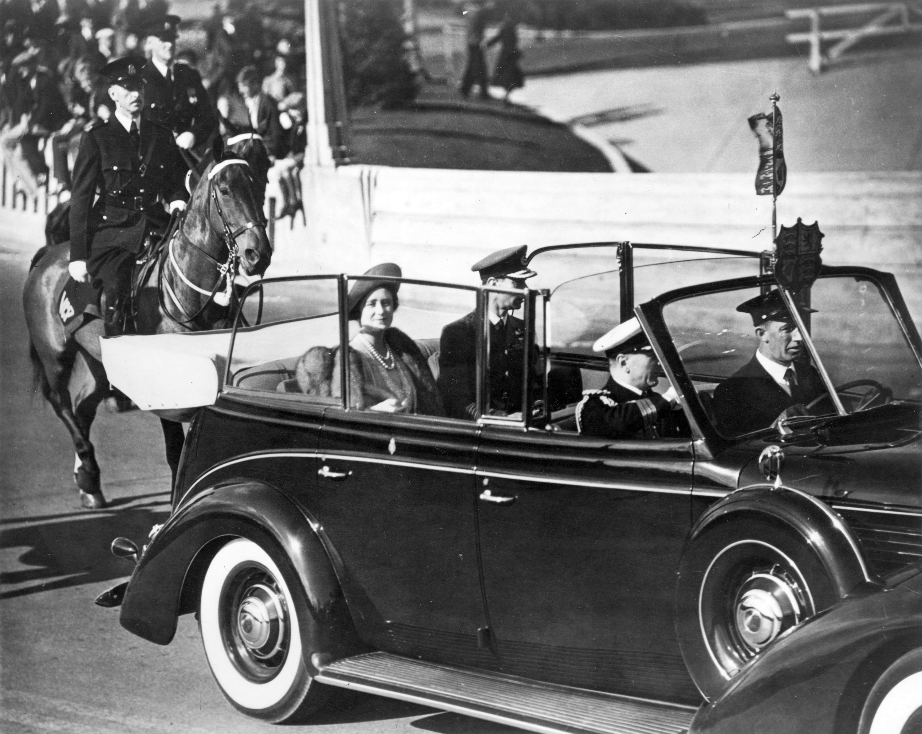 King George VI and Queen Elizabeth in a car while visiting Vancouver in 1939 (Public domain)