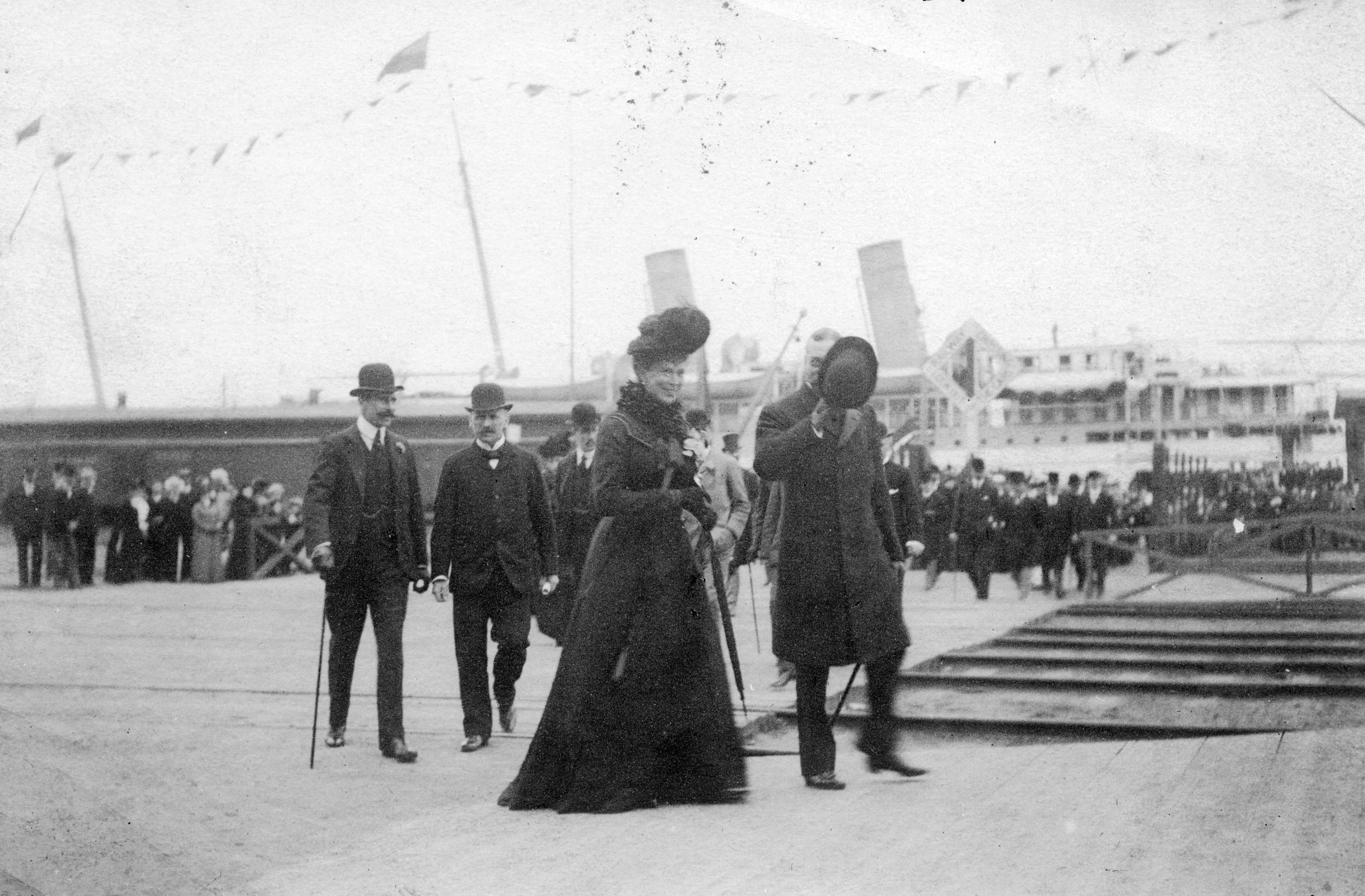 The Duke and Duchess of Cornwall and York on dock heading for C.P.R. station in 1901 (Public domain)