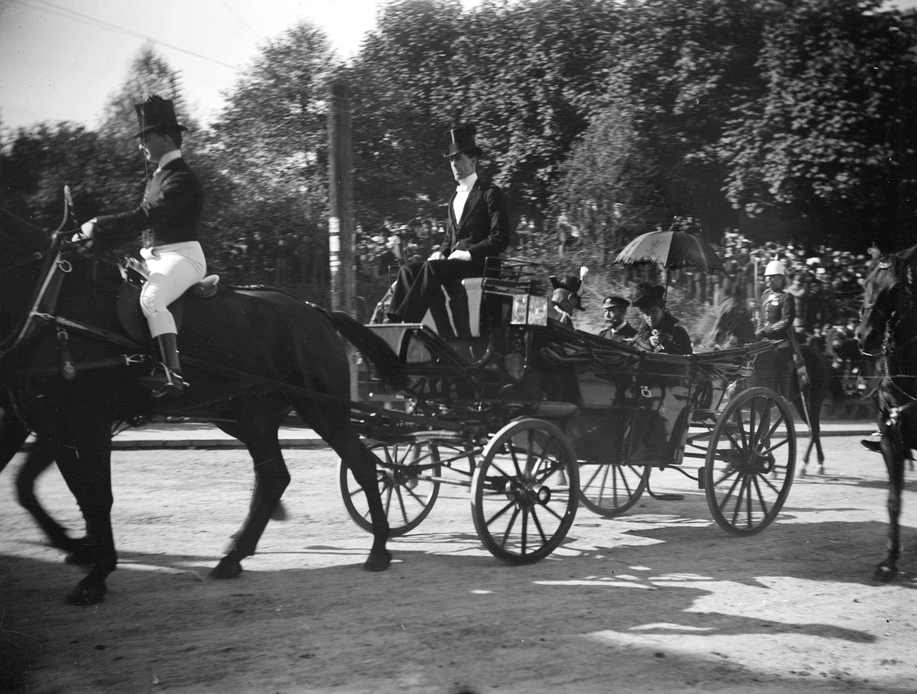 Duke and Duchess of Cornwall and York travelling down a Vancouver street in carriage in 1901 (Public domain)