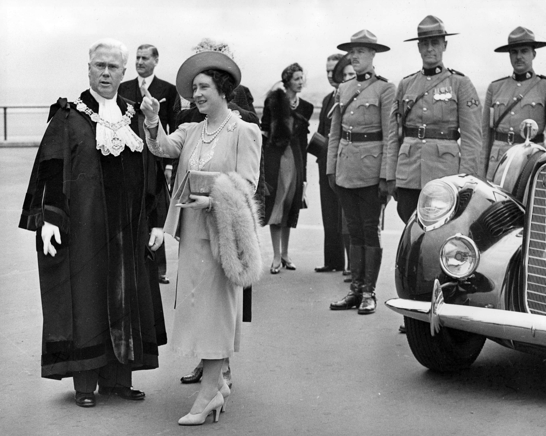 Queen Elizabeth speaking with Mayor Lyle Telford in Vancouver in 1939 (Public domain)