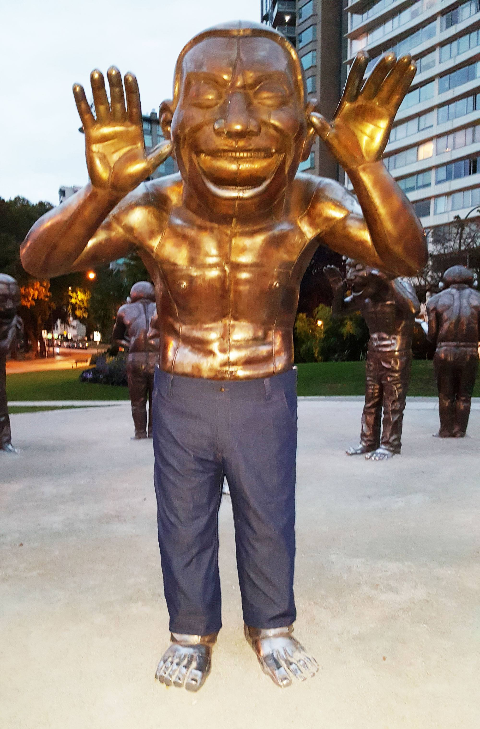 One of Vancouver's laughing statues has been fitted with jeans (Mago 3D Jeans)