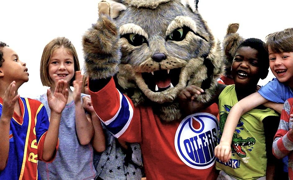 Battle of Alberta: Oilers introduce new mascot, and he's no match for Harvey the Hound