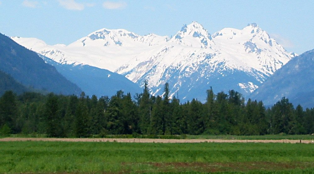 Mount meager in the centre flanked by mount capricorn and mount plinth seattle skier wikipedia e1475785409276