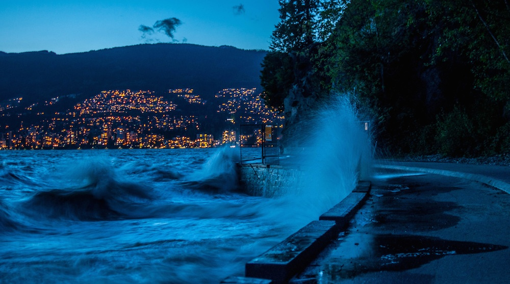 Stanley park seawall waves weather storm vancouver1