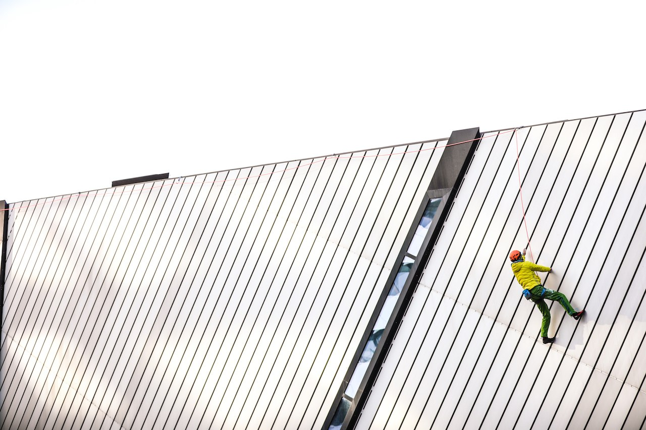 A man climbed the Royal Ontario Museum's Crystal peaks (PHOTOS)