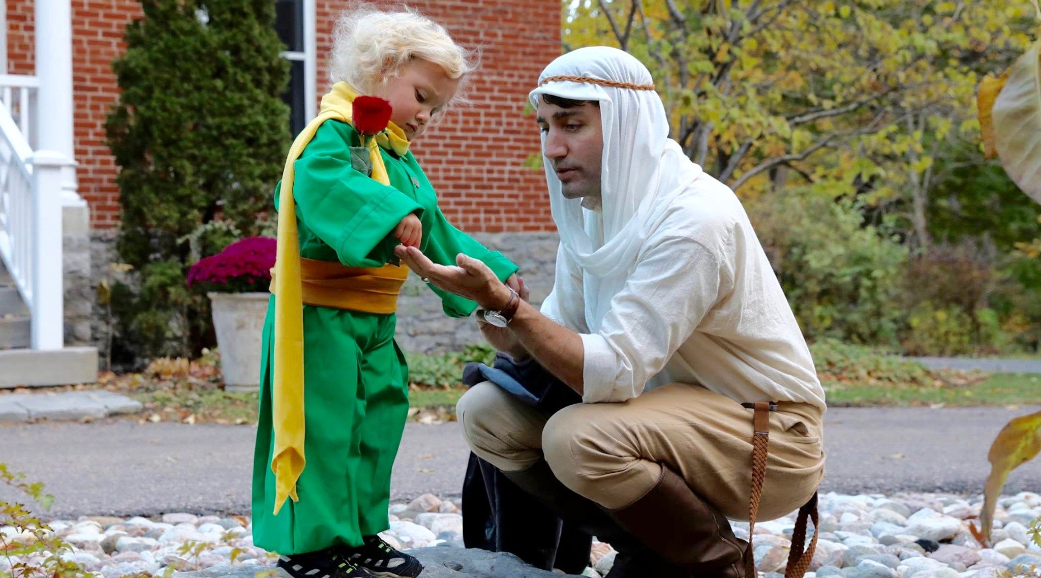 Justin Trudeau dresses up and goes trick-or-treating with his family for Halloween (PHOTOS)