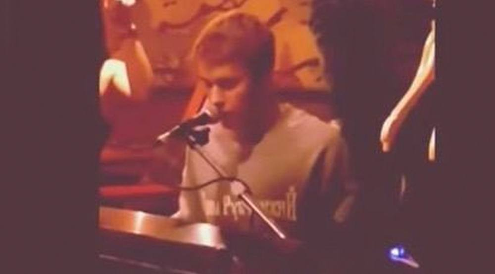 Justin Bieber showed up at a Toronto bar this weekend, sang, and played the piano (VIDEO)