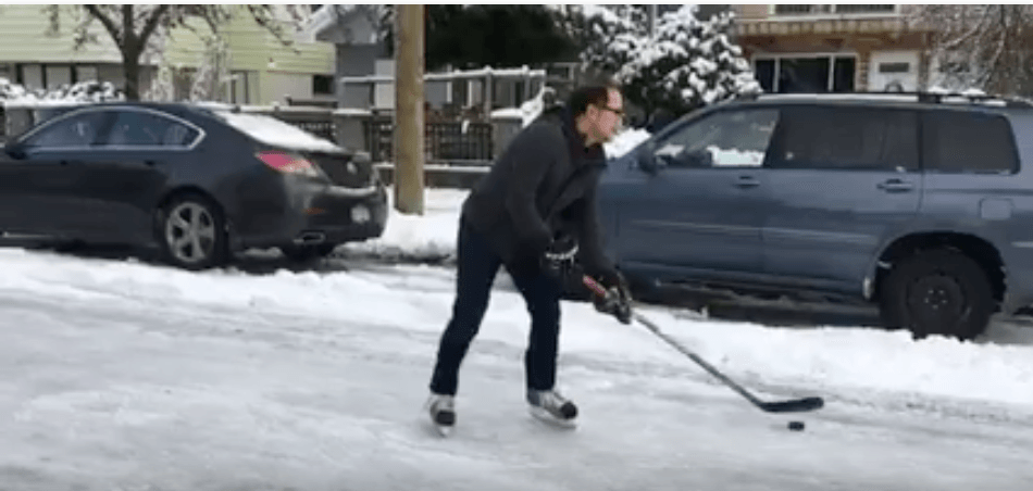 Vancouver residents play ice hockey on city streets (VIDEO)