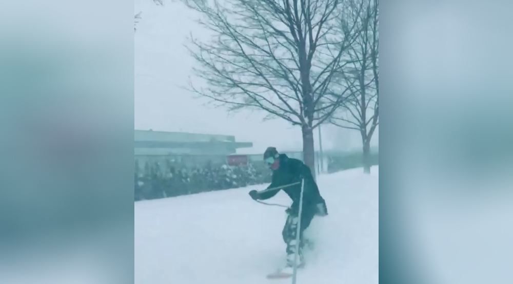 Snowboarder shreds Chilliwack streets after massive snowfall (VIDEO)