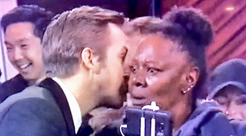 Ryan Gosling whispered in a stranger's ear at the Oscars and Twitter went wild (PHOTOS)