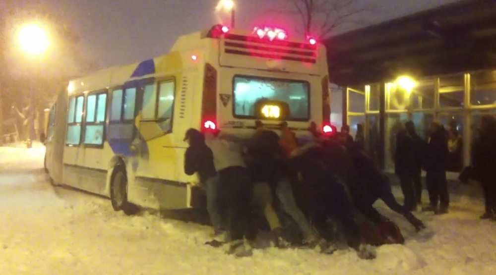 Montrealers forced to push STM buses out of the snow just to get home (VIDEO)