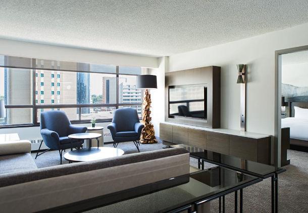 Living room at the Marriott Hotel Calgary (Marriott)