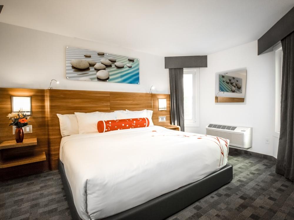 Serenity 2 bedroom suite bedroom (Hotelelan.ca)