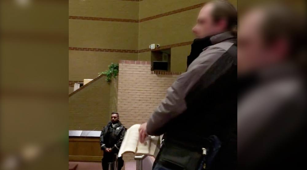 Islamophobic man rips up Qur'an at Peel District School Board meeting (VIDEO)
