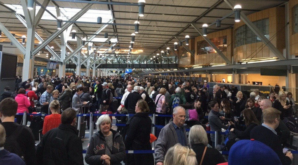 Massive crowds and delays at Vancouver International Airport due to baggage system failure (PHOTOS)