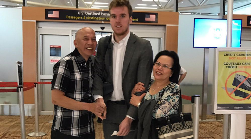 Internet laughs its ass off at Connor McDavid's awkward photo with fans (PHOTO)