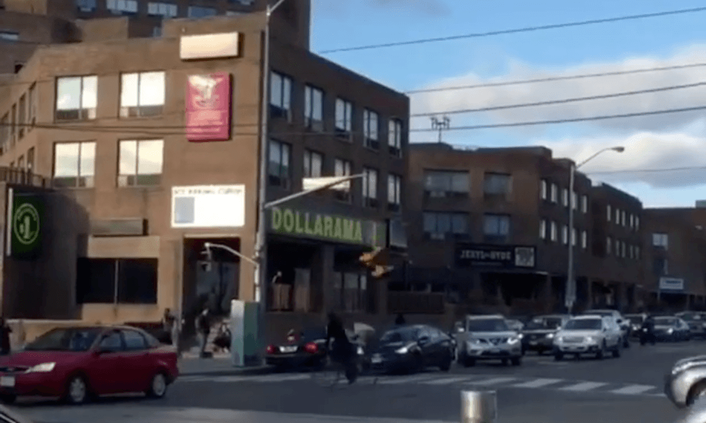 Traffic lights in Toronto's west end fell on car amidst strong winds (VIDEO)