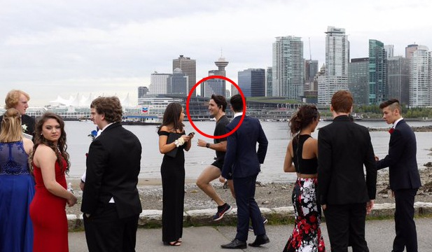 Justin Trudeau photobombs some teens headed to prom (@Adam Scotti/Twitter)