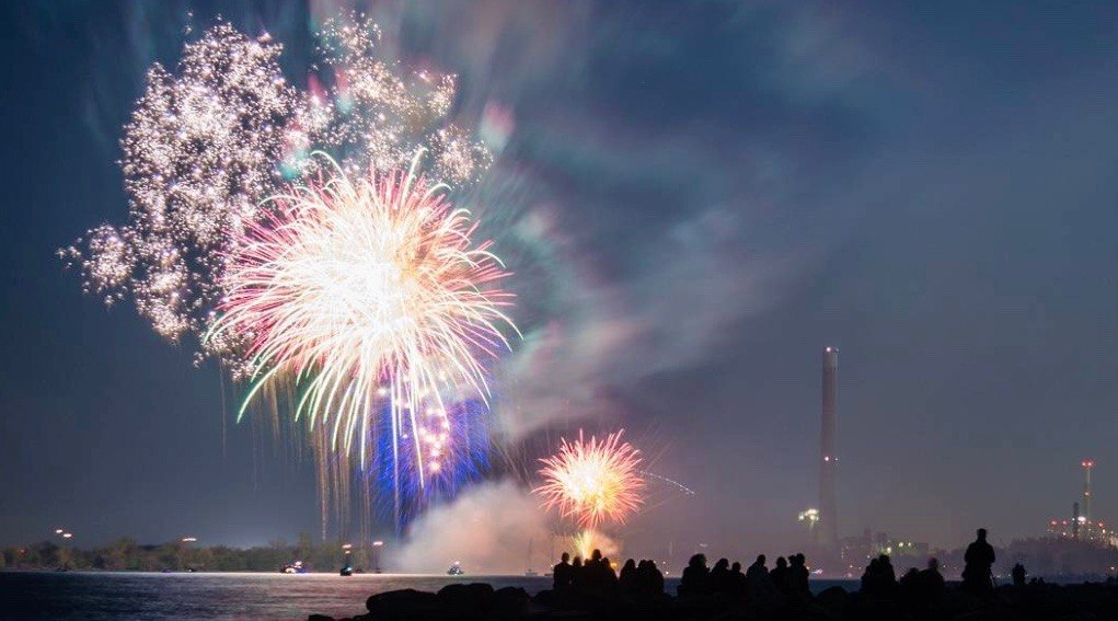 Spectacular Victoria Day fireworks lit up Toronto skies last night (PHOTOS)