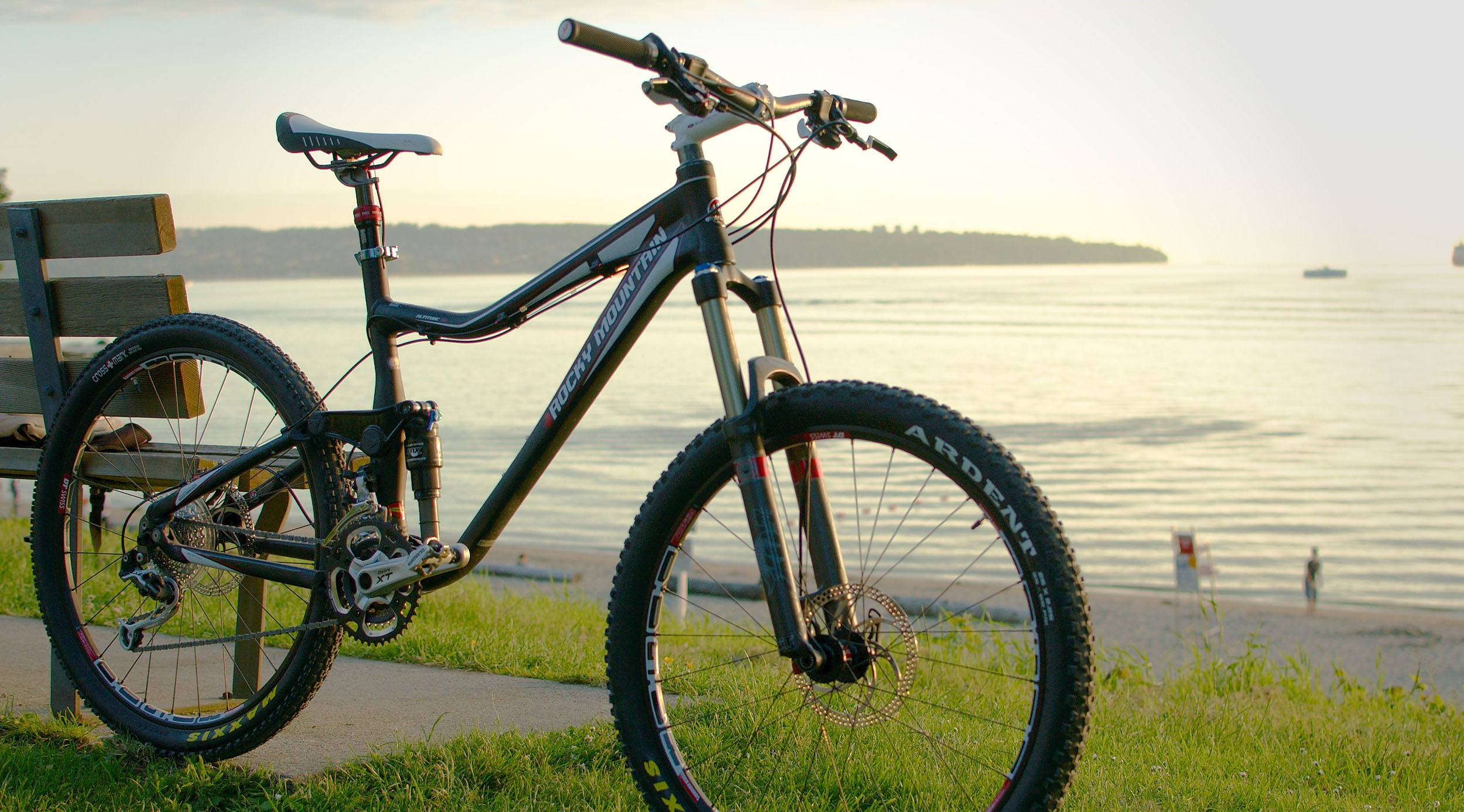 A bike on the Stanley Park Seawall (Sébastien Launay/Flickr)