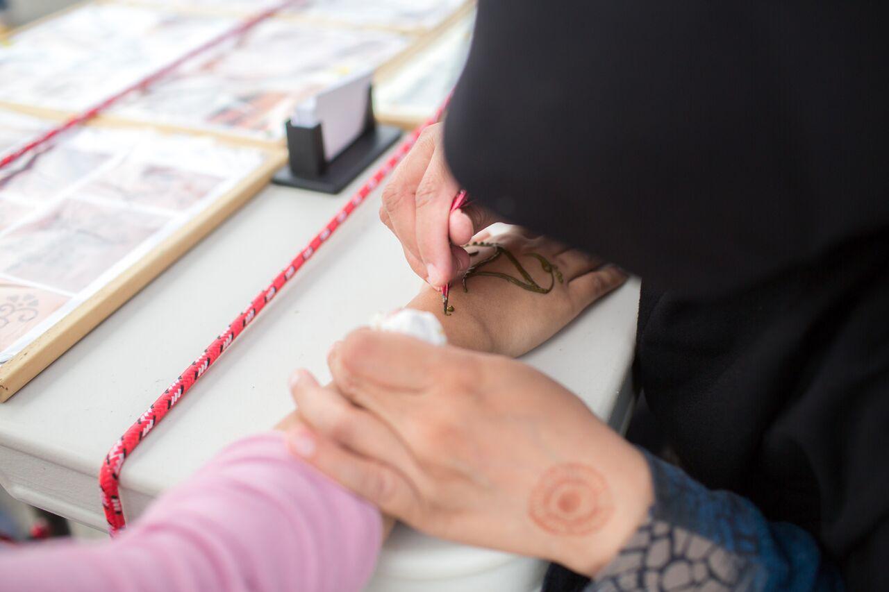 A henna artist. (Lindsay Ross Photography)