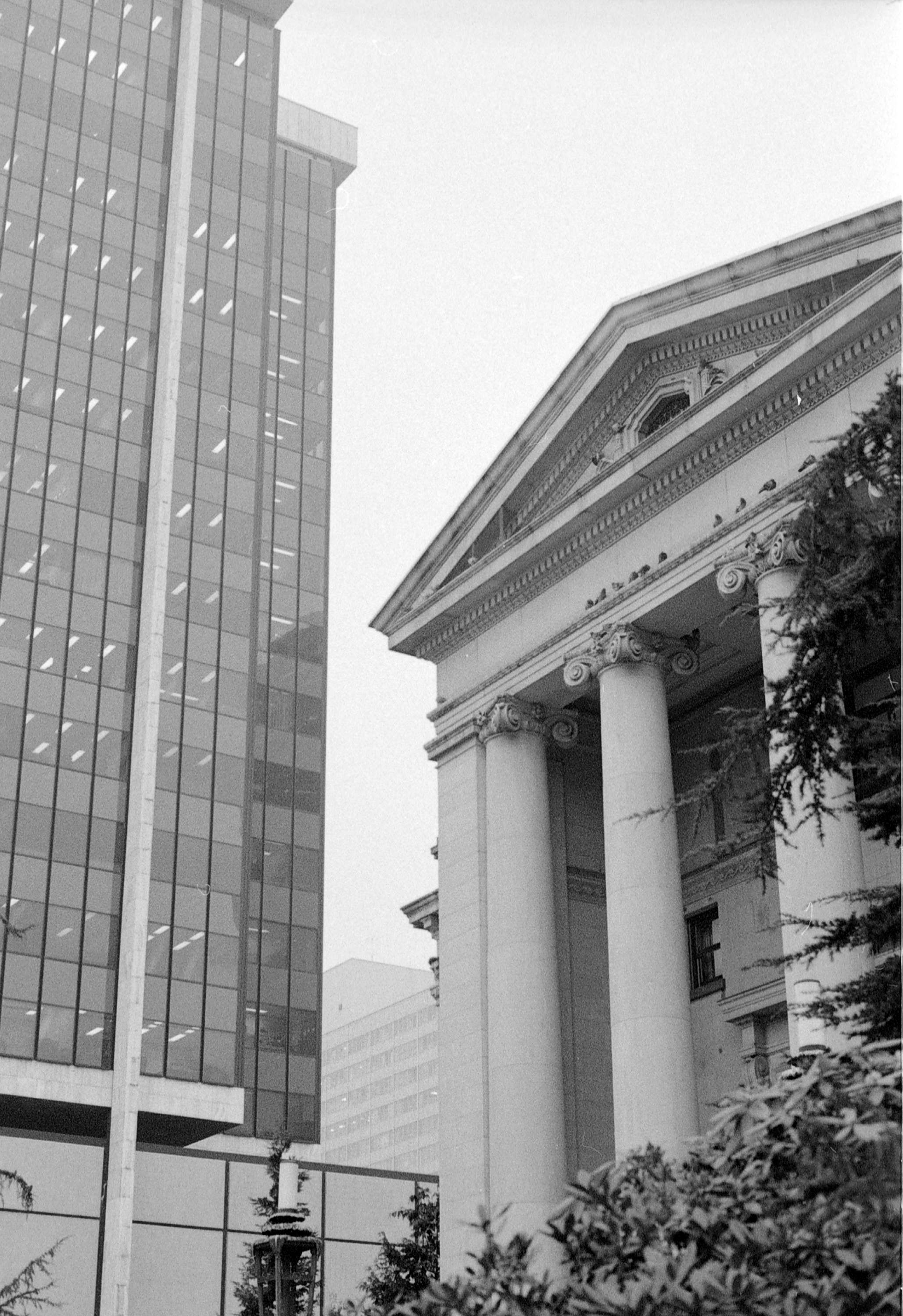 The columns of the BC courthouse in Vancouver in the 1970s (Vancouver Archives)