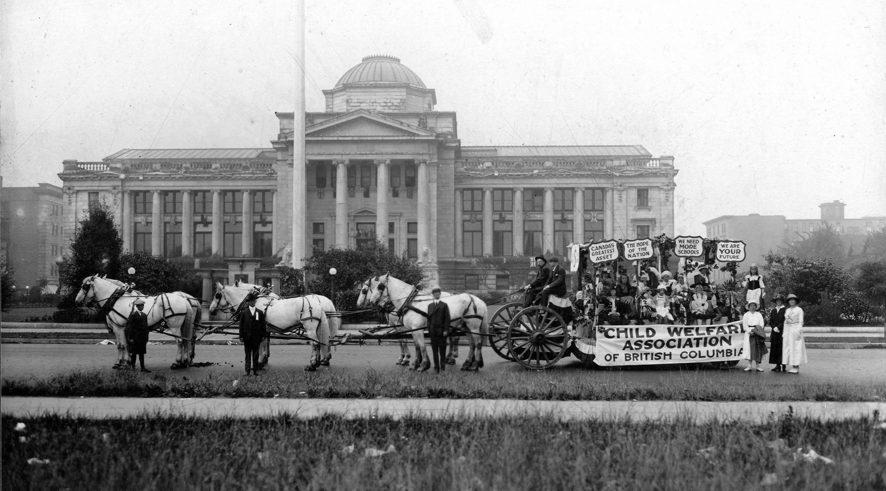 A horse-drawn float outside the BC courthouse in 1919 (Vancouver Archives)