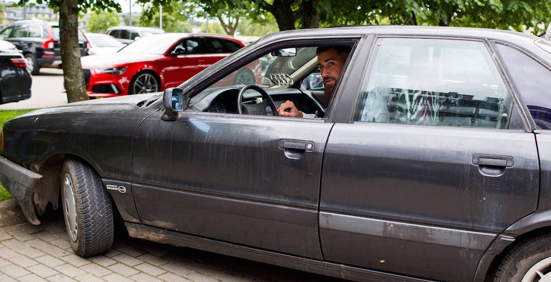 Raptors' Jonas Valanciunas pulls up to practice in 90s beater (PHOTOS)