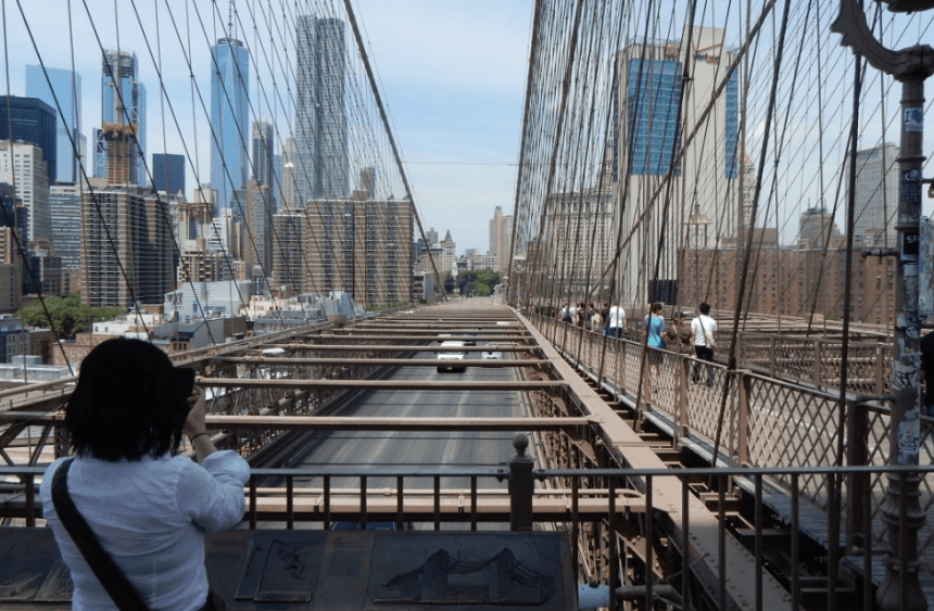 Walking over the Brooklyn Bridge (Simran Singh/ Daily Hive)