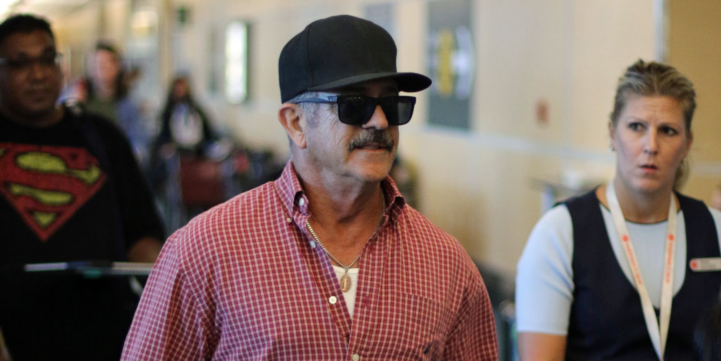 Mel Gibson departs Vancouver airport (PHOTOS)