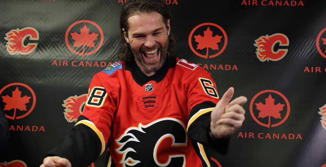 Jagr puts on a Flames jersey for the first time (PHOTOS)