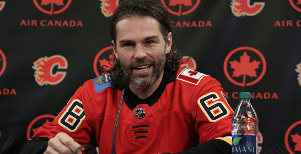 best service fbccc c9528 Jagr puts on a Flames jersey for the first time (PHOTOS ...