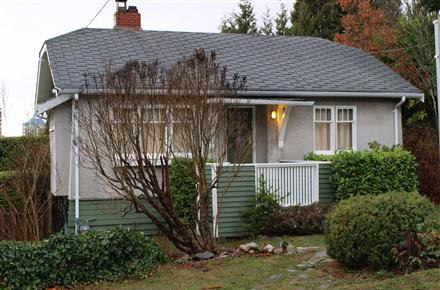 Previous home on the site of 733 20th Street, West Vancouver (BC Assessment)