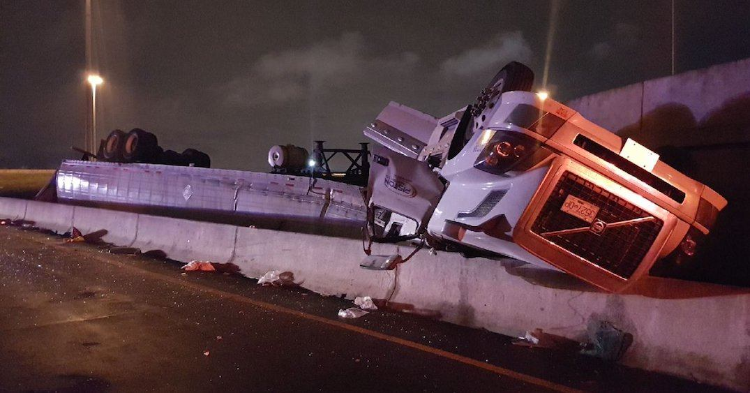Highway 427 at Dundas closed after strawberry transport truck rollover