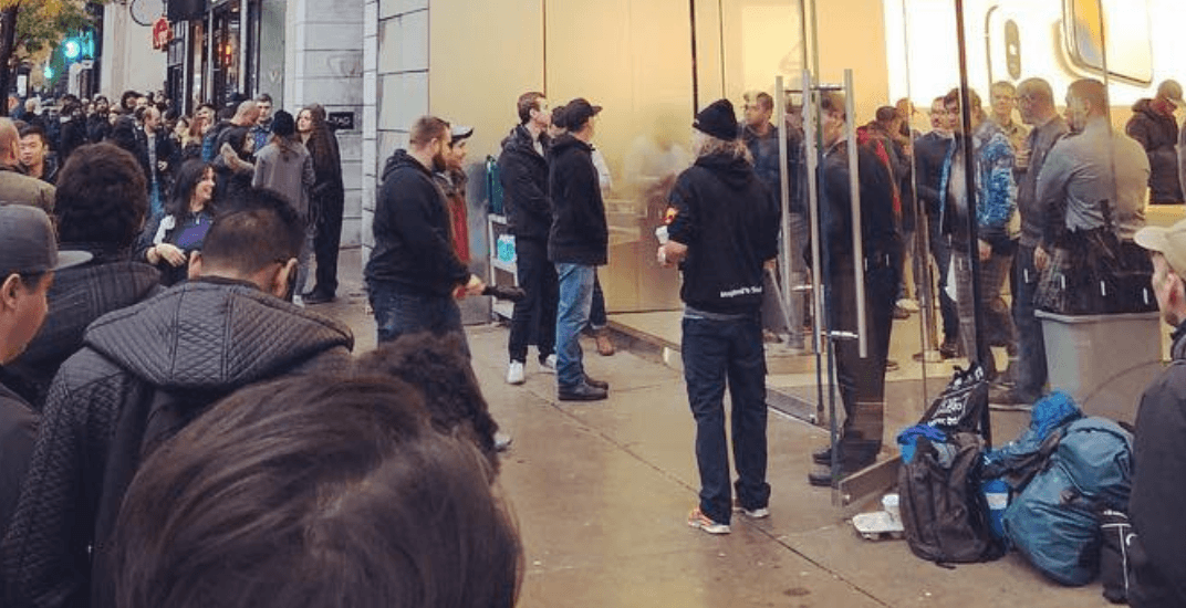 Apple madness: Montrealers line up for iPhone X (PHOTOS)
