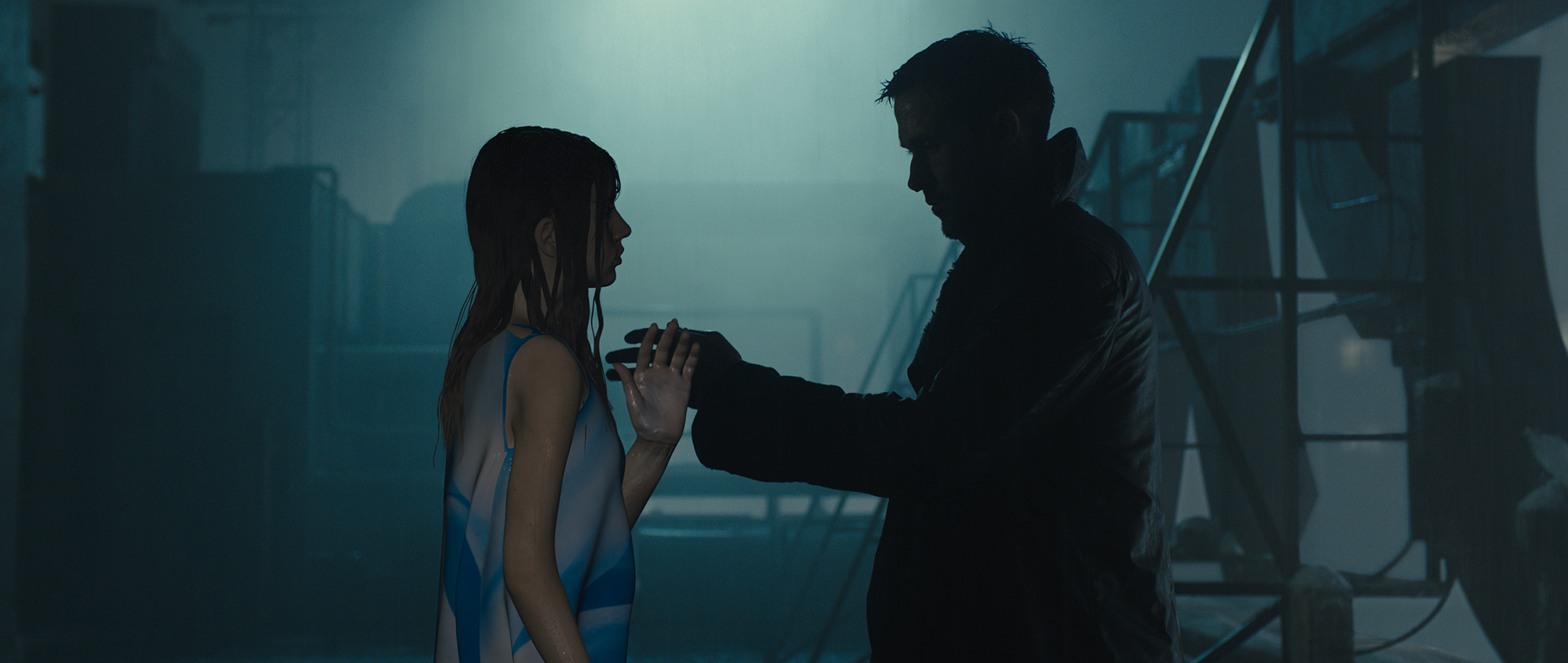 Ana de Armas and Ryan Gosling filming on the set of Blade Runner 2049 (©2017 ALCON ENTERTAINMENT, LLC., WARNER BROS. ENTERTAINMENT INC. AND COLUMBIA TRISTAR MARKETING GROUP, INC. ALL RIGHTS RESERVED.)