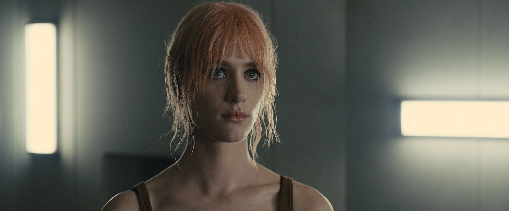 Actress Mackenzie Davis playing Mariette in Blade Runner 2049 (©2017 ALCON ENTERTAINMENT, LLC., WARNER BROS. ENTERTAINMENT INC. AND COLUMBIA TRISTAR MARKETING GROUP, INC. ALL RIGHTS RESERVED.)