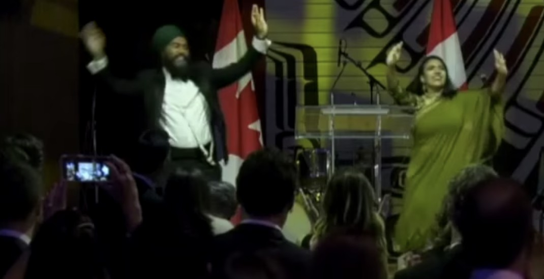 Jagmeet Singh shows Justin Trudeau how to do bhangra the right way (VIDEO)